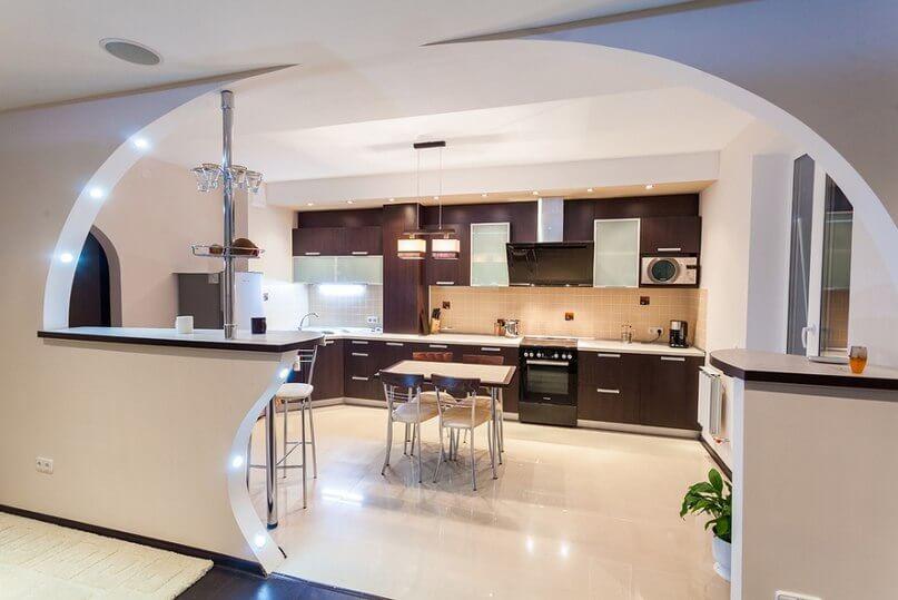 Дизайн кухни совмещенной с гостиной с барной стойкой (32)