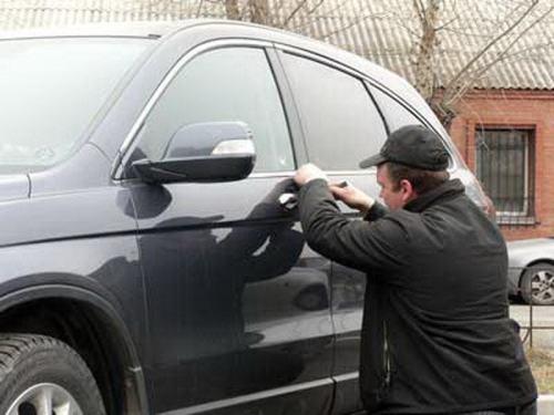 Как открыть автомобиль, если ключ остался в замке зажигания